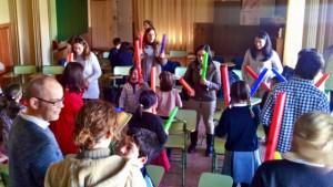 Alumnos de Música y Talento crean música junto a sus padres usando los boomwhackers